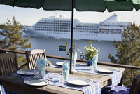 Table with cruise liner in background 11077004650| 写真素材・ストックフォト・画像・イラスト素材|アマナイメージズ