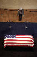 A mourner pays his respects to former President Ronald Reaga 11079018191| 写真素材・ストックフォト・画像・イラスト素材|アマナイメージズ