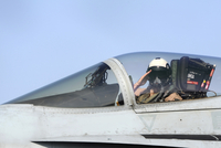 A pilot salutes prior to take off in an F/A-18C Hornet. 11079020227| 写真素材・ストックフォト・画像・イラスト素材|アマナイメージズ