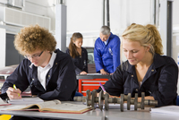 Students with auto part studying automotive trade in vocational school 11080011475| 写真素材・ストックフォト・画像・イラスト素材|アマナイメージズ