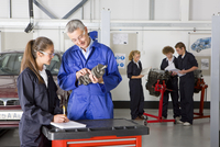 Teacher with auto part teaching student automotive trade in vocational school 11080011476| 写真素材・ストックフォト・画像・イラスト素材|アマナイメージズ