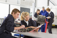 Students with auto part studying automotive trade in vocational school 11080011477| 写真素材・ストックフォト・画像・イラスト素材|アマナイメージズ