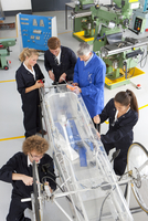 Teacher helping students constructing electric vehicle prototype in vocational school 11080011537| 写真素材・ストックフォト・画像・イラスト素材|アマナイメージズ