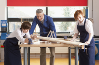 Teacher and students in woodworking class working on model airplane together 11080011734| 写真素材・ストックフォト・画像・イラスト素材|アマナイメージズ