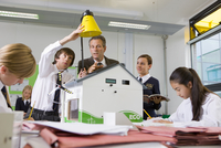 Students and teacher experimenting with solar panel and light in science class 11080012101| 写真素材・ストックフォト・画像・イラスト素材|アマナイメージズ