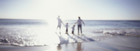 Family holding hands and wading in ocean at beach 11080012258| 写真素材・ストックフォト・画像・イラスト素材|アマナイメージズ