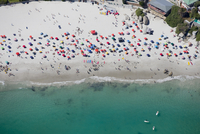 Aerial view of tourists on sunny beach in Cape Town, South Africa 11080013347| 写真素材・ストックフォト・画像・イラスト素材|アマナイメージズ