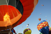 Low angle view of hot air balloons against blue sky, Balloon Festival, Albuquerque, New Mexico, USA 11080022638| 写真素材・ストックフォト・画像・イラスト素材|アマナイメージズ