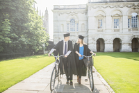 Two young students in graduation gowns pushing bicycles through the grounds of Cambridge University. 11082000028| 写真素材・ストックフォト・画像・イラスト素材|アマナイメージズ