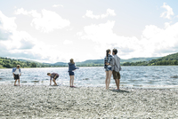 A family of five standing on the shore beside Bala Lake in Wales. 11082000119| 写真素材・ストックフォト・画像・イラスト素材|アマナイメージズ