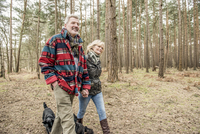 Senior couple enjoying a walk in the woods with their dogs. 11082001622| 写真素材・ストックフォト・画像・イラスト素材|アマナイメージズ