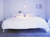 A Bed with White Linens in a Bedroom 11084000302| 写真素材・ストックフォト・画像・イラスト素材|アマナイメージズ