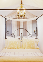 Chandelier over four poster bed with yellow linens 11086000592| 写真素材・ストックフォト・画像・イラスト素材|アマナイメージズ