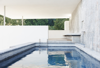 Stone wall and steps in covered pool 11086015469| 写真素材・ストックフォト・画像・イラスト素材|アマナイメージズ