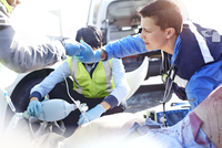 Rescue workers with manual resuscitator over car accident victim in road 11086024928| 写真素材・ストックフォト・画像・イラスト素材|アマナイメージズ