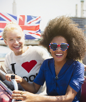 Portrait enthusiastic friends with British flag riding double-decker bus 11086025159| 写真素材・ストックフォト・画像・イラスト素材|アマナイメージズ