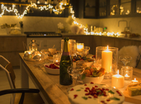 Champagne and desserts on candlelight Christmas table 11086027054| 写真素材・ストックフォト・画像・イラスト素材|アマナイメージズ
