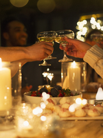 Friends toasting champagne glasses over table at candlelight Christmas dinner 11086027159| 写真素材・ストックフォト・画像・イラスト素材|アマナイメージズ