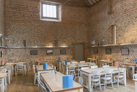 Tables in vacant restaurant with brick walls and vaulted ceiling 11086028979| 写真素材・ストックフォト・画像・イラスト素材|アマナイメージズ
