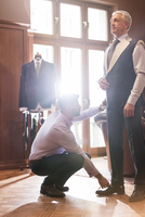 Tailor fitting businessman for suit in menswear shop 11086029125| 写真素材・ストックフォト・画像・イラスト素材|アマナイメージズ