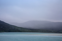 Fog rolling over tranquil mountains and ocean, Golden Road, Harris, Outer Hebrides 11086032860| 写真素材・ストックフォト・画像・イラスト素材|アマナイメージズ