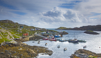 View of fishing boats in craggy harbor, Luskentyre, Harris, Outer Hebrides 11086032871| 写真素材・ストックフォト・画像・イラスト素材|アマナイメージズ