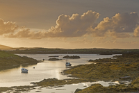 Tranquil sunset view fishing boats on lake, Harris, Outer Hebrides 11086032875| 写真素材・ストックフォト・画像・イラスト素材|アマナイメージズ