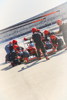Pit crew replacing tires on formula one race car in pit lane 11086033577| 写真素材・ストックフォト・画像・イラスト素材|アマナイメージズ