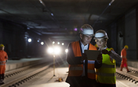 Foreman and construction worker using digital tablet at dark underground construction site 11086034105| 写真素材・ストックフォト・画像・イラスト素材|アマナイメージズ