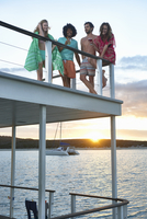Young friends hanging out and drinking on summer houseboat at sunset 11086034180| 写真素材・ストックフォト・画像・イラスト素材|アマナイメージズ