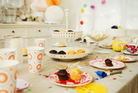 Cupcakes and decorations on birthday party table 11086034211| 写真素材・ストックフォト・画像・イラスト素材|アマナイメージズ