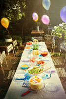 Balloons and food at garden party patio table 11086034270| 写真素材・ストックフォト・画像・イラスト素材|アマナイメージズ