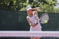 Determined young female tennis player playing tennis, hitting the ball on sunny tennis court 11086035819| 写真素材・ストックフォト・画像・イラスト素材|アマナイメージズ