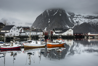 Fishing boats and village at waterfront below snowy, rugged mountains, Hamnoya, Lofoten, Norway 11086037615| 写真素材・ストックフォト・画像・イラスト素材|アマナイメージズ