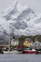 Fishing village and boats at waterfront below snowy, rugged mountains, Sund, Lofoten, Norway 11086037623| 写真素材・ストックフォト・画像・イラスト素材|アマナイメージズ
