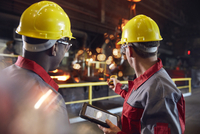 Supervisor and steel worker with digital tablet working in steel mill 11086037824| 写真素材・ストックフォト・画像・イラスト素材|アマナイメージズ