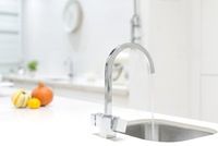 Modern stainless steel kitchen faucet and sink 11086038644| 写真素材・ストックフォト・画像・イラスト素材|アマナイメージズ