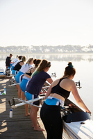 Female rowers lowering scull from lakeside dock 11086039945| 写真素材・ストックフォト・画像・イラスト素材|アマナイメージズ