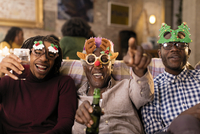 Portrait playful grandfather and grandsons wearing Christmas costume goggles 11086040056| 写真素材・ストックフォト・画像・イラスト素材|アマナイメージズ