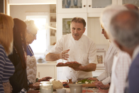 Senior friends listening to chef in pizza cooking class 11086040501| 写真素材・ストックフォト・画像・イラスト素材|アマナイメージズ