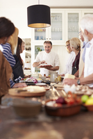 Senior friends listening to chef in pizza cooking class 11086040517| 写真素材・ストックフォト・画像・イラスト素材|アマナイメージズ