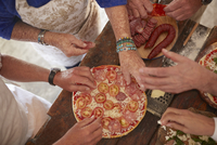 Overhead view senior friends adding tomatoes and meat to fresh pizza 11086040528| 写真素材・ストックフォト・画像・イラスト素材|アマナイメージズ
