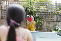 Mother and daughter playing table tennis 11086047108| 写真素材・ストックフォト・画像・イラスト素材|アマナイメージズ