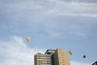 Sweden, Stockholm, Sodermalm, Hot air balloons over building 11090008626| 写真素材・ストックフォト・画像・イラスト素材|アマナイメージズ