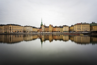 A view across the water to historic Gamla Stan in Sweden 11090023172| 写真素材・ストックフォト・画像・イラスト素材|アマナイメージズ
