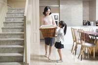 Young Chinese mother and daughter doing laundry at home 11091026553| 写真素材・ストックフォト・画像・イラスト素材|アマナイメージズ