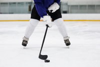 Low section of player playing ice hockey at rink 11092008893| 写真素材・ストックフォト・画像・イラスト素材|アマナイメージズ