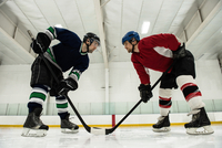 Male hockey players looking face to face at rink 11092008925| 写真素材・ストックフォト・画像・イラスト素材|アマナイメージズ