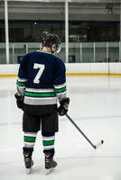 Rear view of male player with ice hockey stick 11092008932| 写真素材・ストックフォト・画像・イラスト素材|アマナイメージズ
