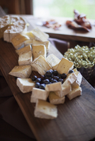 A cheeseboard, with soft cheeses and blueberries 11093002596| 写真素材・ストックフォト・画像・イラスト素材|アマナイメージズ